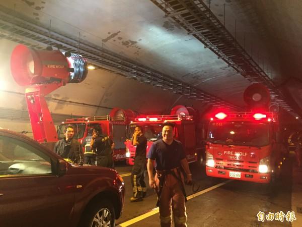 新北市消防局罕見的一次出動四台排煙車支援基平隧道火燒車火警。(記者吳昇儒攝)