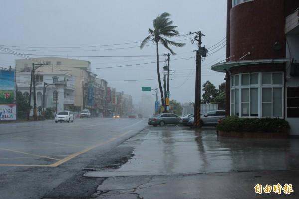 屏東沿海突然風雨大作。(記者陳彥廷攝)