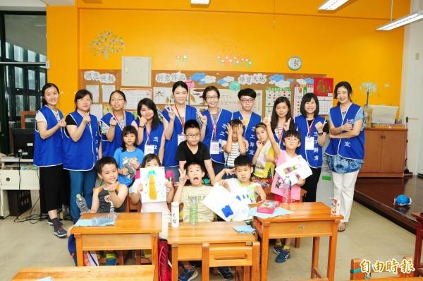 靜宜大學學子到福民國小陪伴山區學童學習。(記者張軒哲攝)