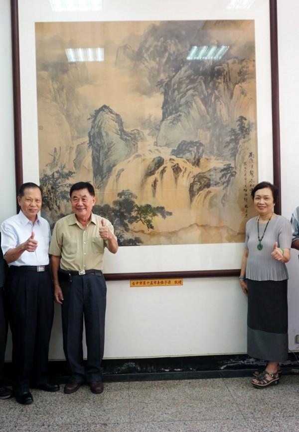 許幸惠(右)將前台中市長張子源生前收藏畫作捐贈萬和宮,萬和宮董事長蕭清杰(左)表示將妥為保存。(萬和宮提供)
