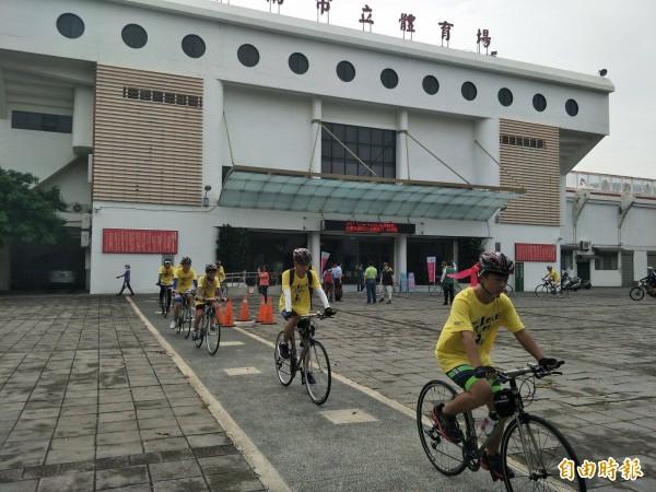車隊在專業人員帶領下,今早從臺南市立體育場出發。(記者邱灝唐攝)