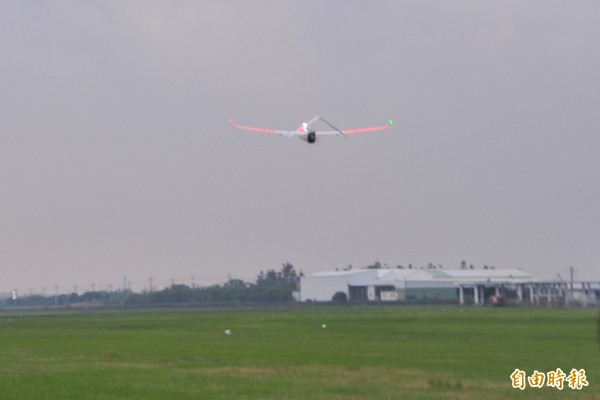 「颱洪無人機」在恆春機場起飛。(記者蔡宗憲攝)