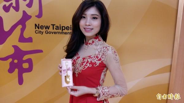 有越南周子瑜之稱的阮秋姮是本季主角之一,最近新婚,市長朱立倫致贈金鏟子。(記者賴筱桐攝)