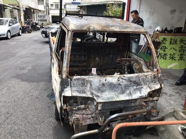 「全民拔菜總部」宣傳戰車凌晨被燒毀。(記者李容萍翻攝)