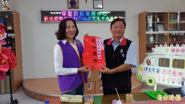 虎尾中央扶輪社社長邱慧鳳(左)代表捐贈2萬9999元,象徵愛要久久久。(記者廖淑玲攝)
