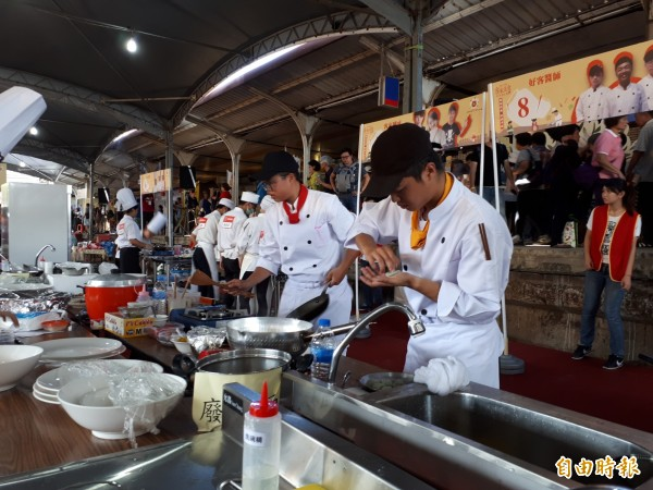 學生們專注的製作各式料理。(記者謝武雄攝)