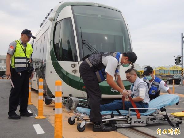 輕軌駕駛通報相關單位,警、消趕抵現場並將傷者送醫。(記者王榮祥攝)