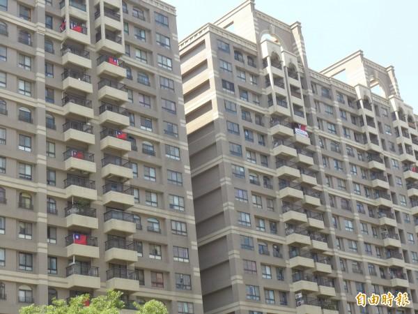 新北市林口選手村周邊住宅掛起我國國旗,為選手們加油。(記者李雅雯攝)