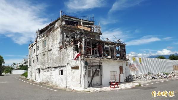 台東市海濱這棟人氣建築,縣長黃健庭認為是危險建築。(記者黃明堂攝)