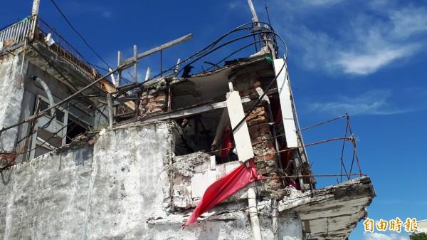 「小白屋」上半部嚴重毀損。(記者黃明堂攝)(記者黃明堂攝)