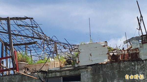「小白屋」頂樓樣貌。台東縣長黃健庭說:「颱風來會打到誰都不知道」!(記者黃明堂攝)