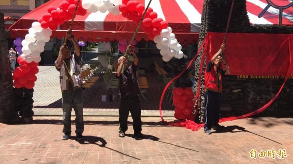 賽德克族獵人勇士鳴槍慶祝都達國小更名成功。(記者佟振國攝)