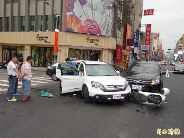 警方壓制拒捕竊嫌羅聖輝(左前二),調查其駕駛白休旅車衝撞警、民車案情。(記者王俊忠攝)