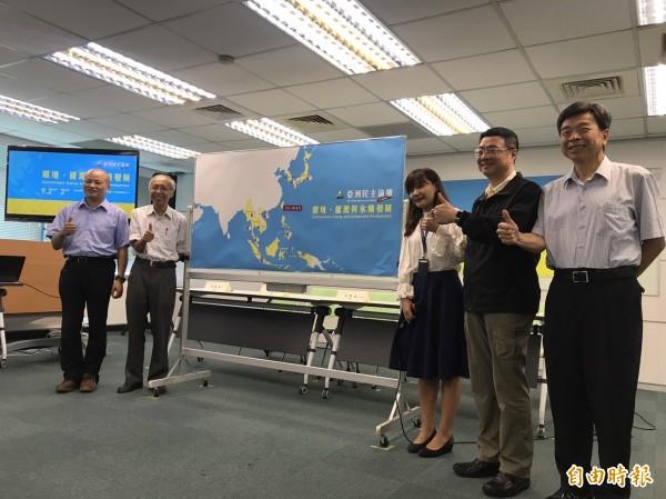 民進黨今天和環盟一起召開記者會,宣布今年的亞洲民主論壇主題。(記者蘇芳禾攝)