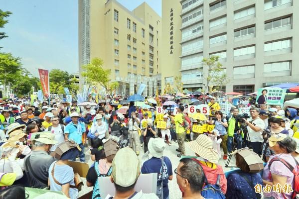 環團近千人集結環保局要求退回馬頭山開發案。(記者陳文嬋攝)