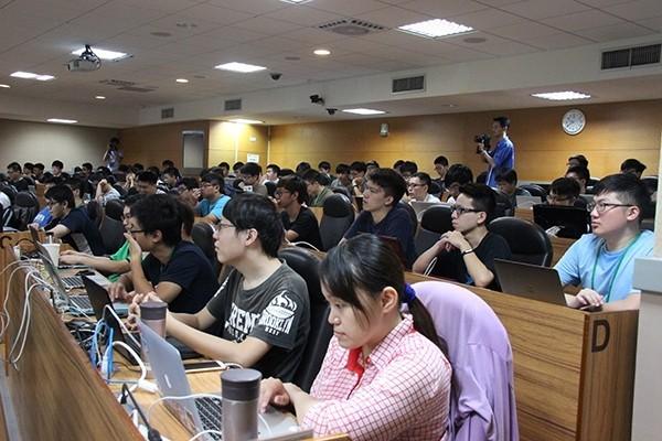 台科大舉辦資安暑期課程,透過密集的實作訓練以及資安搶旗競賽,學生能實際體驗網路世界的真實攻防情境,大幅提升資安能力。(台灣科技大學提供)