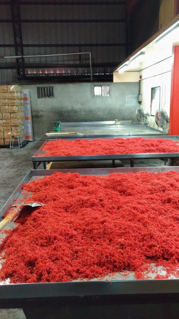 地下工廠生產的豆棗類食品(記者楊政郡翻攝)