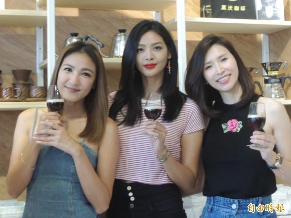 咖啡店客人爭相與名模陳思璇、林嘉綺、錢帥君合影留念。(記者廖雪茹攝)