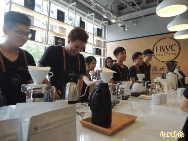 新竹縣竹北市光明商圈一家咖啡店今天開幕,業者強調從產地原物料進口,自家工廠烘焙到門市銷售,一條龍,希望提供客人最好的咖啡品質。(記者廖雪茹攝)