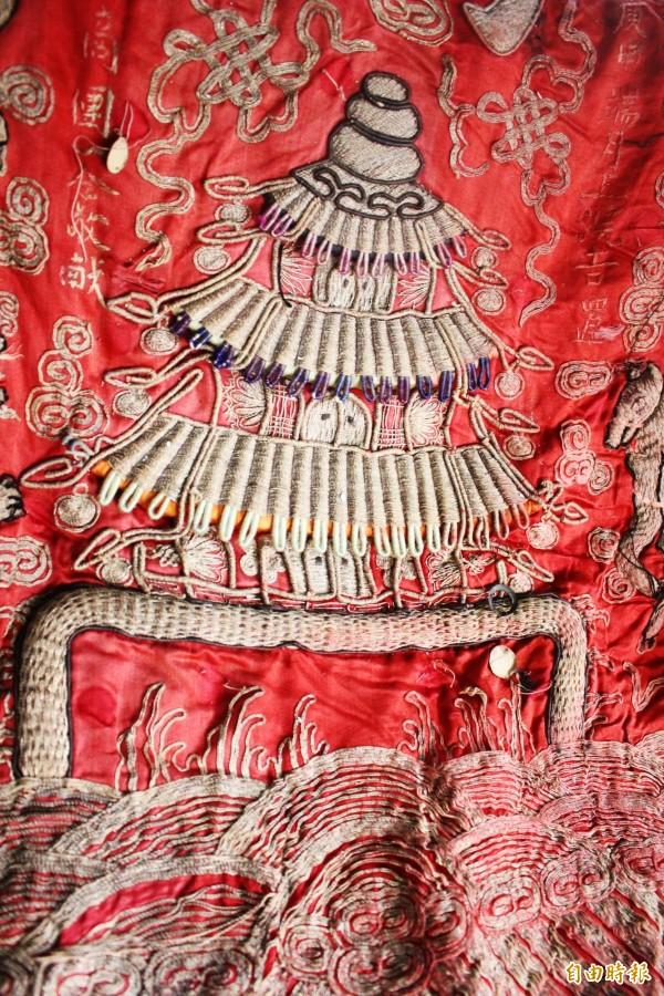 近百年的36官將大北旗,刺繡相當精緻。(記者林宜樟攝)