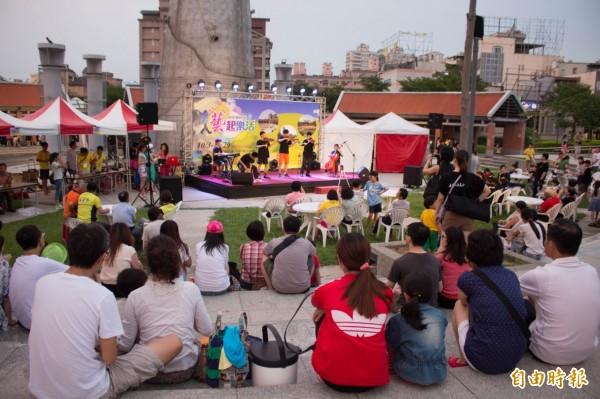 竹北市公所常接獲市民抱怨,在文化公園觀看表演活動,總因中間的大竹筍和半弧形環繞的5根排氣孔遮擋視線,只能坐在正前方觀賞。(記者廖雪茹攝)