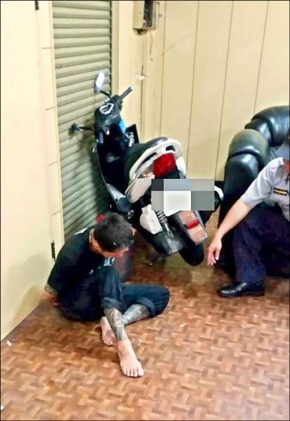 通緝犯李錦輝(左)持槍拒捕射傷員警鼠蹊部,被屏東地院重判15年2個月徒刑。(記者羅欣貞翻攝)