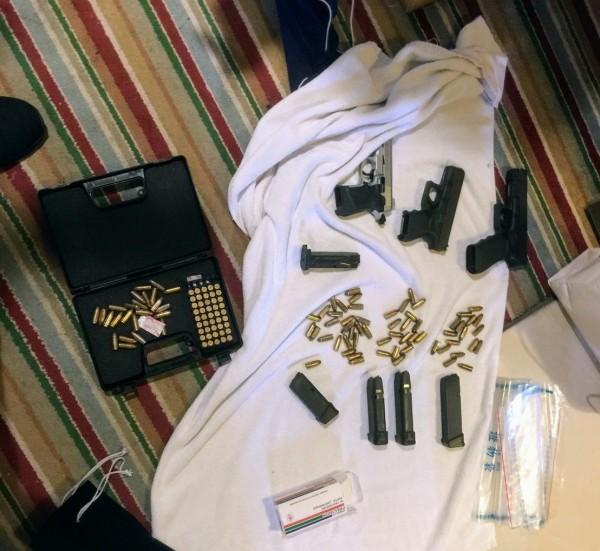 警方在摩鐵搜出大批黑槍及子彈。(記者姚岳宏翻攝)