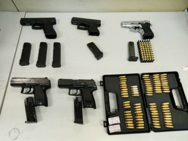 警方從徐男身上搜出大批黑槍及子彈。(記者姚岳宏翻攝)