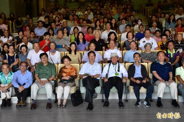 前中研院院長李遠哲(右四)今受慈林基金會創辦人林義雄(右三)邀請,到宜蘭慈林新館演講。(記者張議晨攝)
