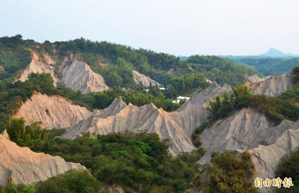 位於月世界地形中的龍崎工廠,因掩埋場計畫引發爭議。(記者吳俊鋒攝)