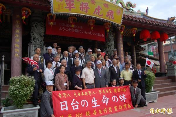 每年造訪參拜「飛虎將軍」廟的日本遊客絡繹於途。(記者蔡文居攝)