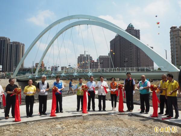 蘆竹區忠孝西橋過去遇到颱風常發生淹水,市府去年向中央爭取經費改建,今天完工啟用。(記者陳昀攝)