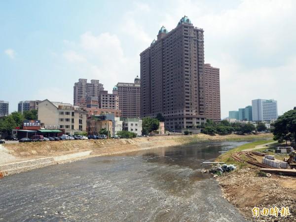 南崁大橋下的南崁溪畔要進行親水綠帶的整治,預計年底完工,明年桃園燈會將在此舉辦。(記者陳昀攝)