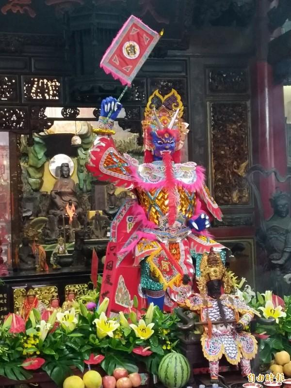 大士爺廟方已為紙糊大士爺神像開光,供信徒膜拜。(記者曾迺強攝)