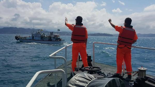 洋巡人員在海上勸回作業中的漁船,請他們避難。(記者吳昇儒翻攝)