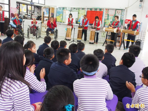 VAVI樂團前進校園表演,同時分享生命故事。(記者王秀亭攝)