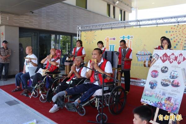 VAVI樂團參加台東縣街頭藝人認證,成功拿到證照,是縣內第一個身心障礙機構的街頭藝人。(記者王秀亭攝)