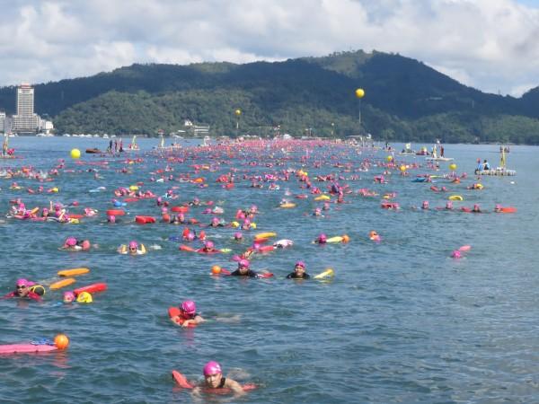 日月潭國際萬人泳渡活動,9月24日登場,今年共有1萬9862人報名,此為去年泳度活動盛況。(南投縣政府提供)