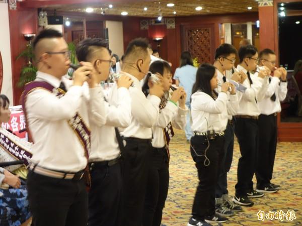 由57歲林啓通花10幾年教出來喜憨兒寶寶們,多年持續不懈練習,2年前組成「大器樂團」,以自身技藝登台表演,在舞台上發光發熱。(記者吳柏軒攝)
