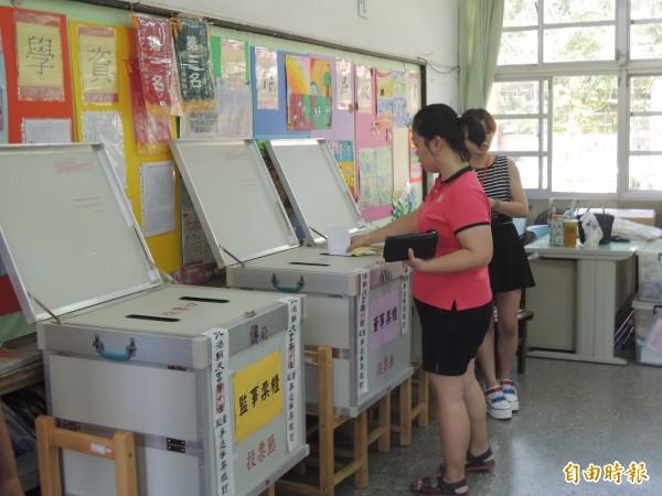 下屆朝天宮董監事選舉民眾投票踴躍。(記者陳燦坤攝)