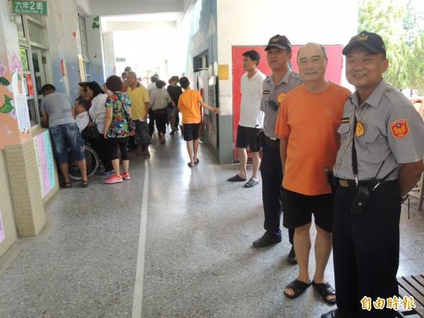 北港警分局今出動大批警力維持朝天宮改選秩序。(記者陳燦坤攝)