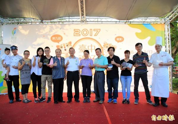 台中十大伴手禮得獎者手持獎牌開心合影。(記者張菁雅攝)