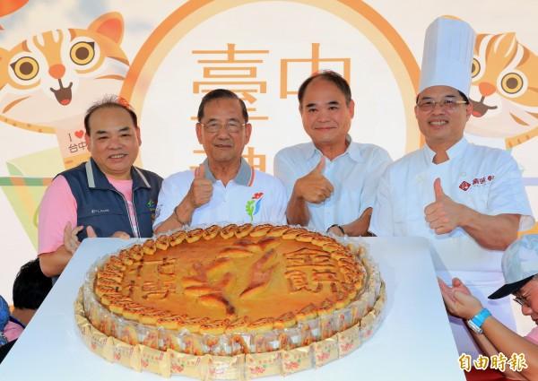 台中十大伴手禮票選活動上義賣重達100斤的花博金餅。(記者張菁雅攝)