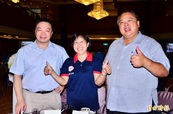 有意參選台南市長的黃秀霜(中)、陳子敬(右)與高思博(左)都出席燕祝之友會年度餐敘。(記者吳俊鋒攝)