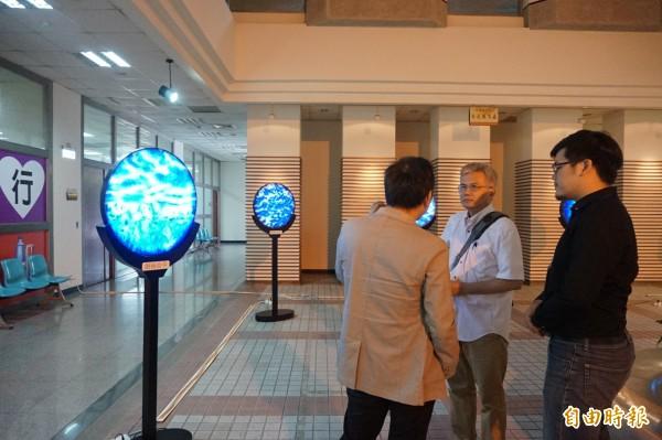 周忠信創新計算美學展在陽明市政大樓展出。(記者歐素美攝)