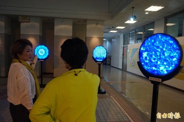 周忠信創新計算美學展展出科技化的青花瓷效果。(記者歐素美攝)