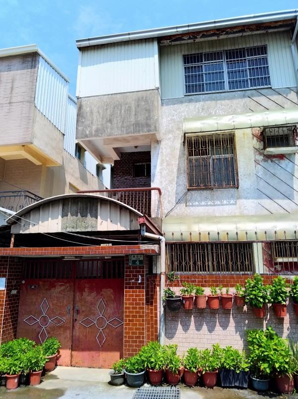 嘉義縣民雄鄉金興村一棟3層樓鐵皮加蓋建築,傳出乾屍案。(記者曾迺強攝)