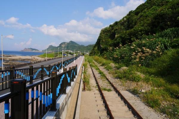 新北市政府將與台灣鐵路管理局合作,在深澳線火車停駛的八斗子站至深澳站,利用既有軌道與腹地,設置簡易鐵路自行車,打造全長1.3公里的「RAILBIKE」。圖為八斗子站路段末端。(觀光旅遊局提供)