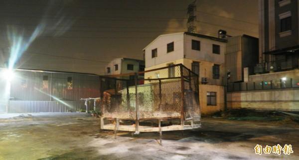 民眾露天燃燒庫錢,造成空氣污染。(記者陳文嬋攝)