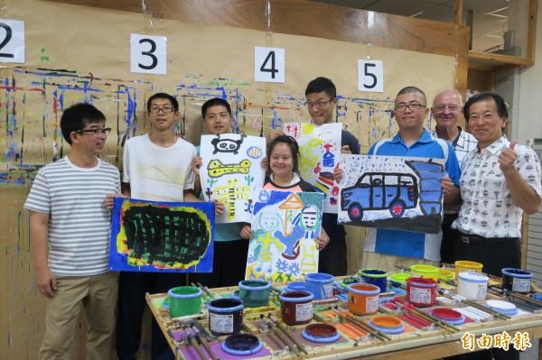 美善基金會智青開心展示他們的畫作。(記者蔡文居攝)
